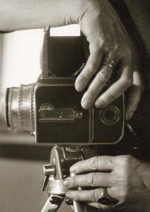 Bild von einer Kamera gehalten von zwei Frauenhänden, schwarz weiß