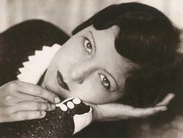 Portrait von Ellice Illiard liegend von Annelise Kretschmer, schwarz weiß