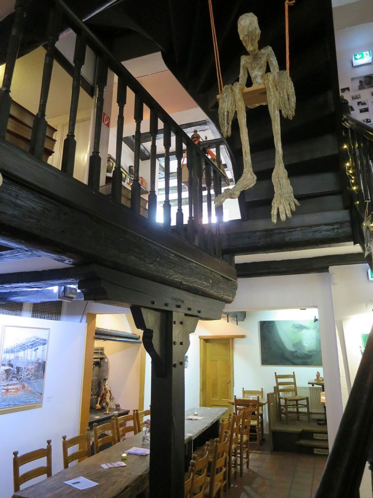Ausspann, altes Treppenhaus mit Skelett auf einer Schaukel
