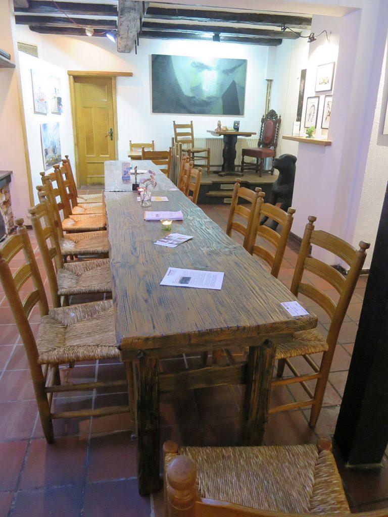 Langer Tisch mit Stühlen