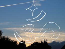 Himmelbild mit Flugzeugstreifen und einem aufgezeichneten Om-Zeichen