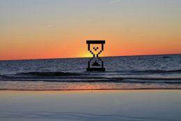 Sonnenuntergang und in der Sonne eine Sanduhr