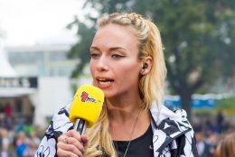 Hip Hop Journalistin Visa Vie mit gelben Mikrofon in der Hand im Gespräch