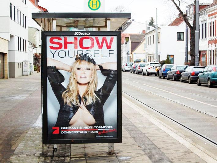 Werbeplakat mit halboffenen Brüsten für die Sendung Germanys next Topmodel