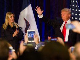 Donald Trump steht am Rednerpult und hebt einen Arm, Ivanka Trump steht daneben und klatscht. Im Vordergrund sieht man verschwommenes Publikum.