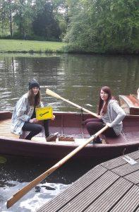 Zwei Frauen in einem Ruderboot