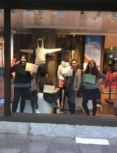 4 Frauen in einem Schaufenster
