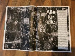 Foto einer Doppelseite aus einer Zeitschrift, die eine feministische Demo zeigt