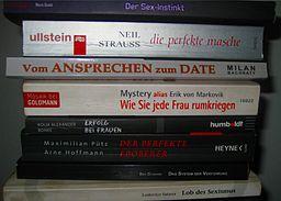 Bücherstapel mit diversen Dating- und Pick-Up-Ratgebern