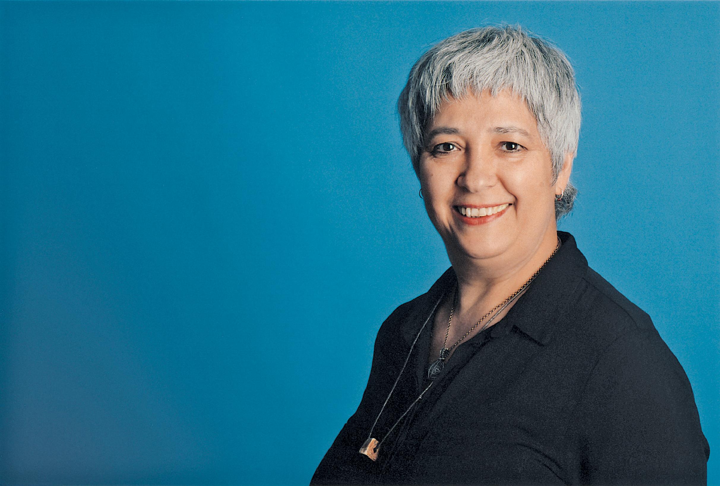 Bild von Seyran Ateş, lächelnde Frau, mit kurzen grauen Haaren