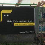 Werbeplakat mit schwarzem Grund und angedeuteter Trump-Locke in gelb