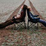 Frau und mann auf Stühlen in einer Ackerrinne