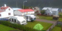 Wohnwagen und Zelt auf einem Rasenstück