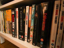 DVDS stehen der Reihe nach in einem Regal