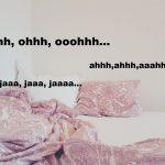 """Zwei Kissen liegen etwas zerknautscht aneinander auf einer weißen Matratze. Vorne im Bild liegt eine zerwühlte Bettdecke. Über dem Bild sind Buchstaben, die Stöhngeräusche andeuten wie z.B. """"jaaa, jaaa, jaaa..."""" Das Foto deutet also an, dass hier Menschen Sex haben"""