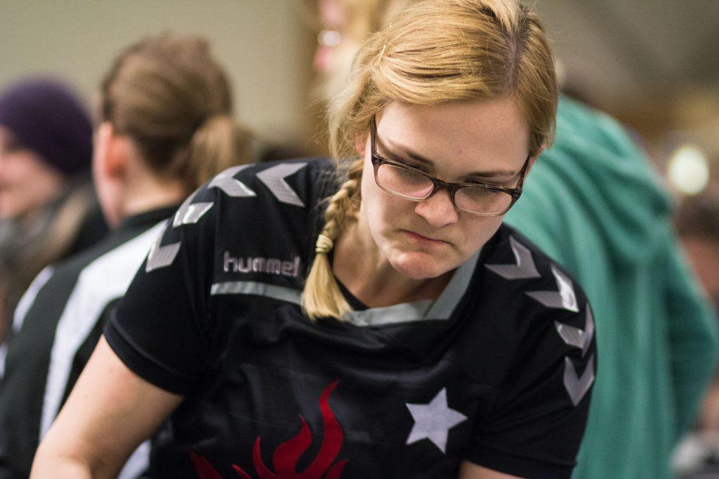 Portrait von Vera Büssing, auf dem sie Tischfußball spielt