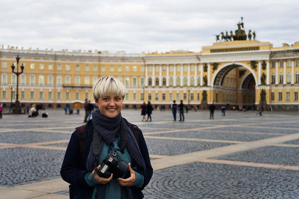 Mihaela Noroc, Frau mit Kamera auf einem großen Platz