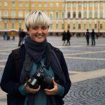 Frau mit Kamera auf einem großen Platz