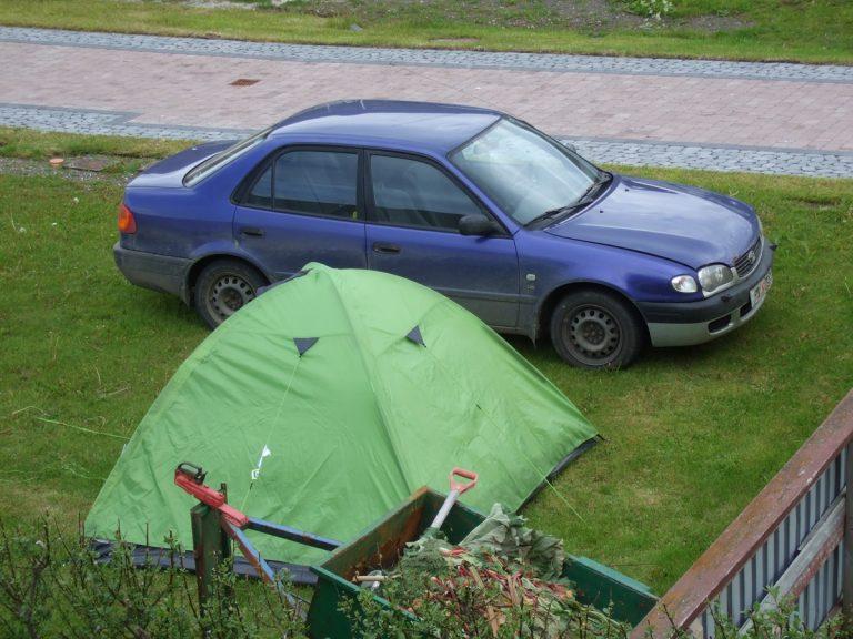 grünes Zelt und blaues Auto