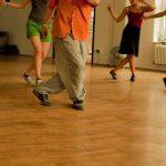 Füße tanzender Menschen