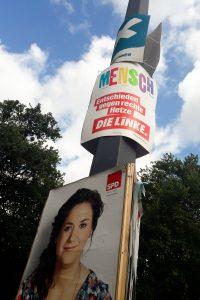 Wahlplakate an einem Mast