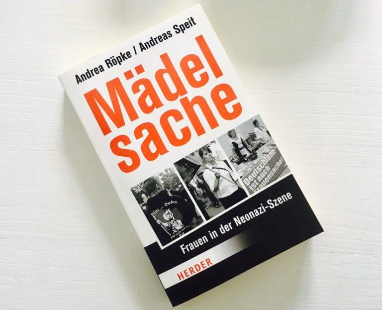 Buch liegt auf einem weißen Holzuntergrund. Titel des Buches ist Mädelsache, Autoren sind Andrea Röpke und Andreas Speit