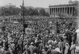 Schwarz/weiß-Bild einer Menschenmenge