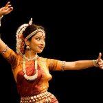 indische Tänzerin in traditionellen, farbenreichen Gewandt, orange