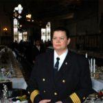 Barbara Massing, Kapitänin in Uniform mit dunklen Haaren in festlich geschmücktem Saal