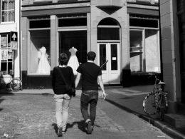 ...dass du mich liebst. Paar, händchenhaltend, in der Altstadt von Groningen