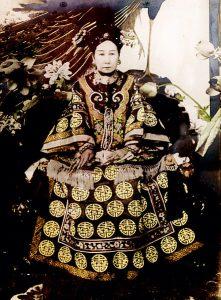 eine Chinesin in kaiserlicher Kleidung