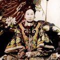 eine Asiatin in kaiserlicher Kleidung