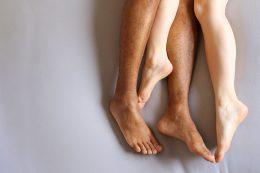 Nackte Unterschenkel und Füße eines Paares