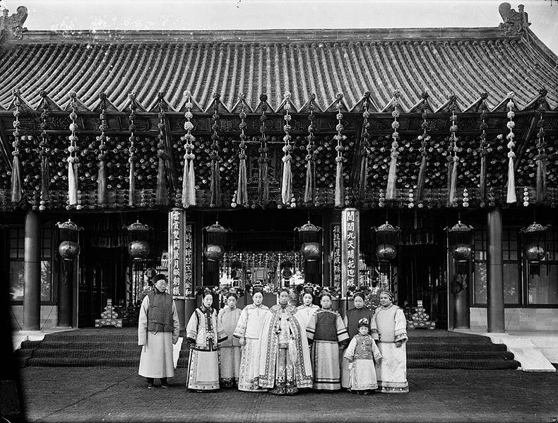 Kaiserin Cixi mit weiteren Frauen vor ihrem Palast