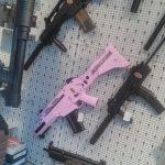 Schnellfeuerwaffe in rosa