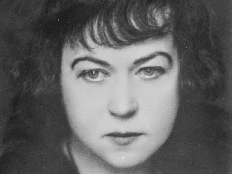 schwarz-weiß Fotografie von einer ernst schauenden Frau, Alexandra Michailowna Kollontai