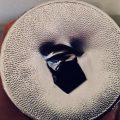 Zerstörte Alu-Abdeckung eines Nutellaglases als Nahaufnahme