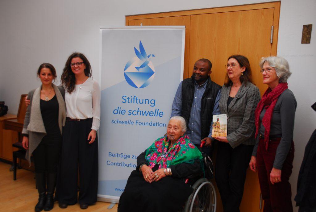 Mehrere Personen vor einem Aufsteller der Stiftung