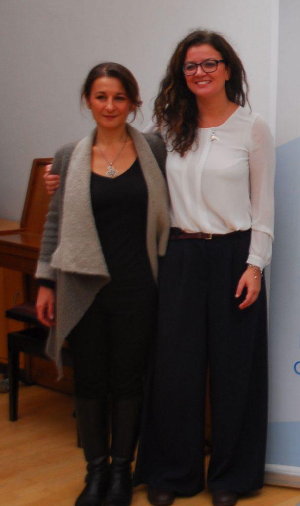 Zwei Frauen stehen nebeneinander