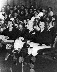 schwarz-weiß Fotografie von einer Sitzung vieler Frauen, u.a. Alexandra Michailowna Kollontai