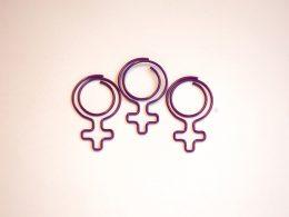 Drei lila Klammern in Form eines Frauenzeichens