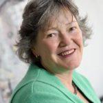 Foto von der lächelnden Frau Hauffe im Halbprofil mit grünem Blazer
