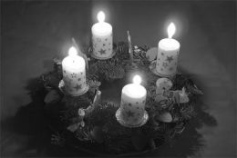 Weihnachts-Depression, Adventskranz, schw/weiss, mit vier brennenden Kerzen