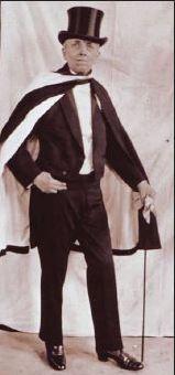 Schwarz/weiß-Bild, Frau mit Frack und Zylinder