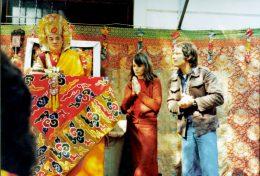 altes Farbfoto von Hannah und Ole Nydahl neben dem 16. Karmapa