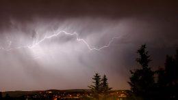 Blitz am bewölkten Nachthimmel
