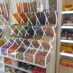 Süßigkeitenladen mit Behältern voller bunter Bonbons zur Selbstbedienung