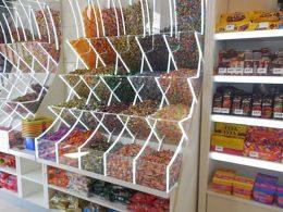 Süßigkeitenladen mit Behältern voller Bonbons zur Selbstbedienung
