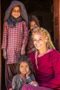 Stella Deetjen mit drei nepalesischen Mädchen