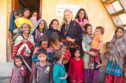 Stella Deetjen mit einigen nepalesichen Kindern vor einem Geburtshaus
